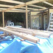 ハーブの郷のウッドデッキに屋根を作る作業  (垂木を並べて、防腐剤入りのペンキ塗りでした)