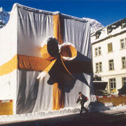 """Nach dem Abbruch der Häuserzeile Kuratli-Schmid-Hofmann bleiben einzig die Stuben stehen. Zum Spass machen 1994 Mitglieder eines Sportvereins ein """"Geschenk"""" daraus."""