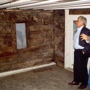 Regierungsrat Kaspar Rhyner und Stiftungsrat Rudolf Jenny begutachten die Wandmalereien 1994.