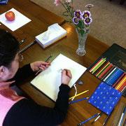 色鉛筆で菊を描くTさん