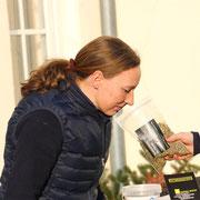 In der Zukunft gibt es für meine Pferde auch Tee. Den Geruchstest hat er bereits bestanden.