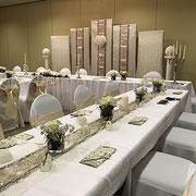 Tischdekoration, Tischläufer, Vasen, Blumen