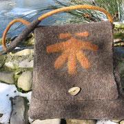 Pilgertasche aus Karakul/Merinowolle mit Hornknopf
