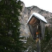 Wegkreuz bei der Einmündung des Wanderweges in den Forstweg