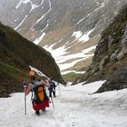 Abstieg durch eine steile Schneerinne neben der Grünen Nase