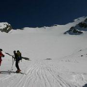 die Gipfelflanke - bretterhart, und ich ohne Harscheisen...
