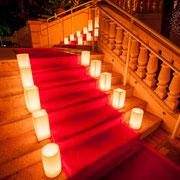 Gurtpfosten Eventbeispiel: Roter Teppich mit Dekoleuchten mieten