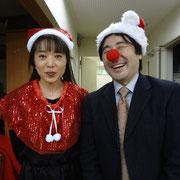 指揮の浩史先生とピアノ琴絵先生に、再度クリスマスグッツを身につけていただき撮影。