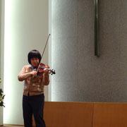ヴァイオリンのリハーサル。天井の高い教会に美しく響く。