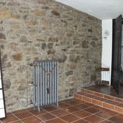 Bruchsteinwand mit historischem Heizkörper
