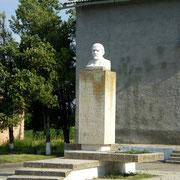 памятник возле ДК