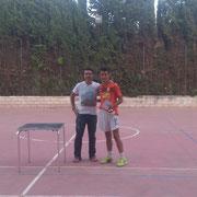Javi recogió el trofeo y los 200 euros de campeones