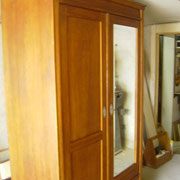 Weichholzschrank antik mit Fasettenspiegel