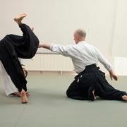 hanmi-handachi gyaku-hanmi katatedori kaiten-nage 半身半立ち逆半身片手取り回転投げ