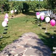 Luftballons am Weg zur Trauung