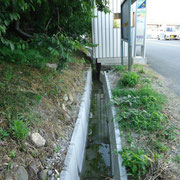 【】下高向 U字溝の設置】   下高向バス停のそば