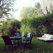 Garten mit Sonnenliege, Sandkasten und Grillplatz