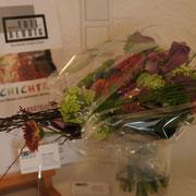 Ein Blumenstrauß, passend zum Plakat der Ausstellung