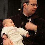 Arthur dans les bras de Jean-Baptiste, son papa