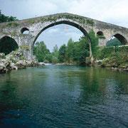Puente de Cangas de Onís. © SRT. Sociedad Regional de Turismo /  El Sabil. Senda del Oso.