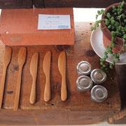 タイとインドから、職人さんが一つ一つ作っている木製キッチンスツール。