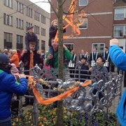 de onthulling van het nieuwe kunstwerk in de vorm van een sierhek om de op 30 april geplante k(r)oningsboom bij het Marktplein.