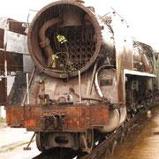Dampfloki auf Abstellgleis im Regen