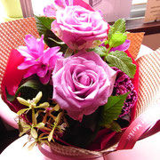 お友達から開店祝いのお花をもらいました。