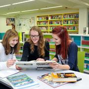 Stadt- und Landesbibliothek im Bildungsforum Potsdam Schüler der 9. Klasse nutzen das vielfältige Angebot der Bibliothek, Deutscher Bibliotheksverband (dbv)