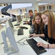 Stadt- und Landesbibliothek im Bildungsforum PotsdamSchüler der 9. Klasse nutzen das vielfältige Angebot der Bibliothek, Deutscher Bibliotheksverband (dbv)