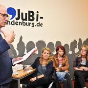 Der Autor Autor Tom Feibel arbeitet mit den Schülern einer neunten Klasse an ihren Texten in der Fouqué-Bibliothek in Brandenburg an der Havel, dbv