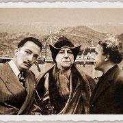 Salvador Dali, Alexandra David-Néel et André Breton devant une lamasserie automatique, photographie de Raymond Tchang.