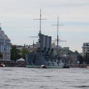 Grand bateau de guerre, le croiseur Aurore a été construit et armé en 1903. Il prendra part à la défense de Leningrad durant la deuxième guerre mondiale.