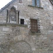 La maison grise (XVIe siècle) est ornée de pierre de remplois et de pastiches du Moyen-Age, jadis habitée par une famille de juristes, les Judicis.