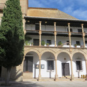 Construite au 18e siècle, cette maison à galerie servait aux autorités locales à assister aux corridas qui se déroulaient sur la place jusqu'à la construction des arènes
