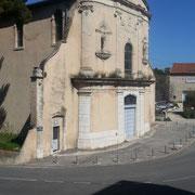 Chapelle des Pénitents Blancs : confrérie créée en 1624. Chapelle construite en 1772 dans un style baroque. Statues de St Pierre à gauche et St Paul à droite.