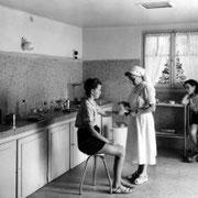 Consultation médicale à l'infirmerie, Juillet 1953