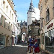 L'artiste François Brochet a représenté ici, l'écrivain Rétif de la Bretonne (1806) qui commença sa carrière dans ce quartier d'Auxerre.