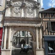 Porche Saint-Pierre réalisé au 16è siècle. Sur le fronton sont représentés des personnages bibliques tel que Noé.