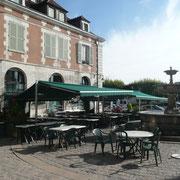 Place St Nicolas - C'est devant cette place qu'était établi l'embarcadère des coches d'eau, qui assurèrent pendant des siècles, plussieurs fois par semaine, le transport des voyageeurs et des marchandises d'Auxerre à Paris.