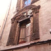 Hôtel de Bausset : fenêtres au décor de la 1ère renaissance provençale (fleurs stylisées, angelots, perles et coquilles) sculptées vers 1525.