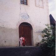 Marine et Morgane en 1995 devant la chapelle.