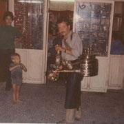 1977- Frédéric devant un porteur d'eau
