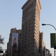 Le Flatiron Building situé au carrefour de la 23e rue, 5e avenue et Broadway.