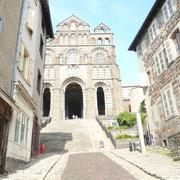 En fond de rue, la cathédrale