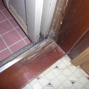 お風呂の入り口の枠がシロアリに食われてます。