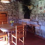 Gîte Le Four à Pain, salle à manger avec table 4 couverts