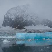 Lichtabsorbierender Eisberg in Svalbard, Norwegen. August 2012 © Robert Hansen