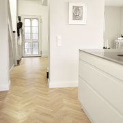 Küche und Flur des neuen offenen Wohnraums, mit Fischgrät-Parkett Creamy Horse