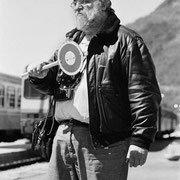 Gian Butturini mentre prova a fare il capo stazione.